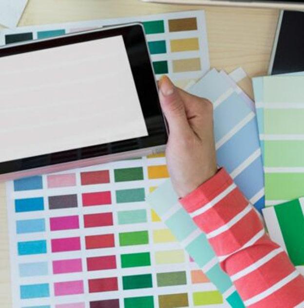 tablette dans les mains avec palette de couleur communication entreprise